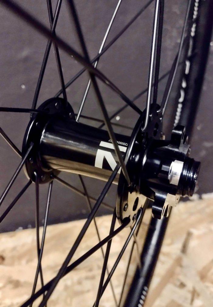 """Przednia piasta Novatec 791 oś 15mm z mocowaniem na tarczę 6 śrub w lekkim kole gravel na obręczy DT Swiss G540 28"""" 29"""" 700C"""