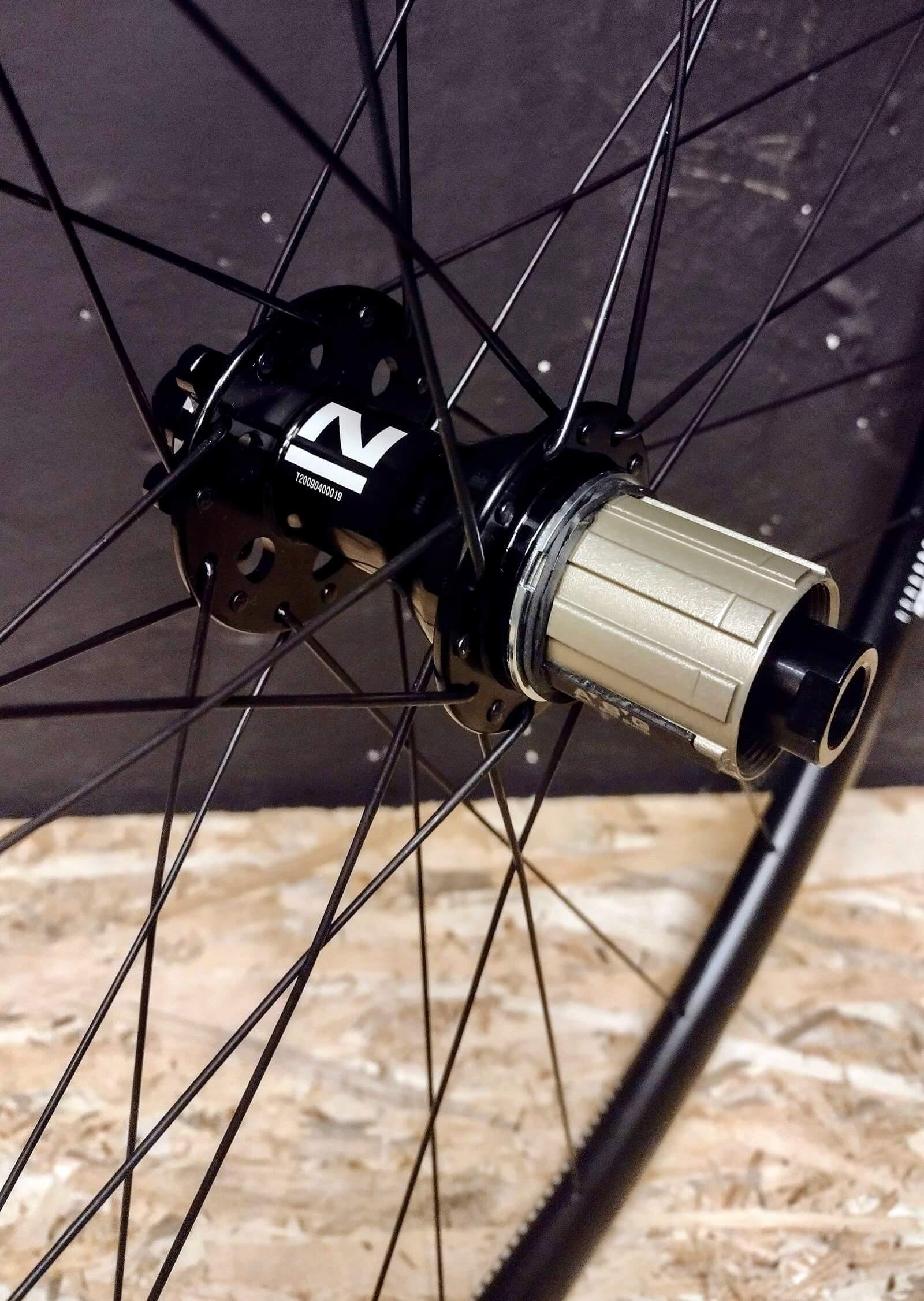 Tylna piasta Novatec 791/792 Pillar na tarczę na 6 śrub w aluminiowym kole gravel 28 na obręczy DT Swiss R470 na 28 szprych