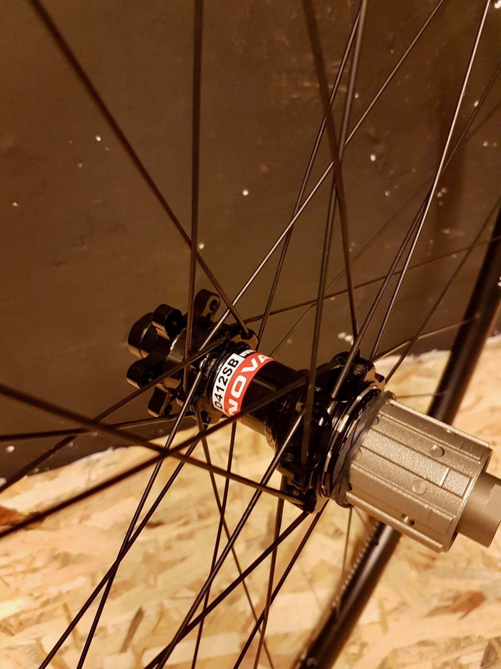 Tylna piasta Novatec D411/D412 z mocowaniem na hamulec tarczowy w aluminiowej obręczy 28 cali DT Swiss R470 na 24 szprychy