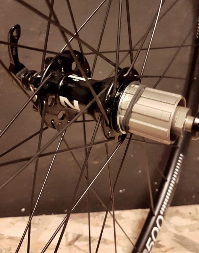 Tylna piasta Novatec 791-792 ze szprychami Pillar na tarczę 6 śrub w kole wyprawowym gravel adventure 28 DT Swiss R500