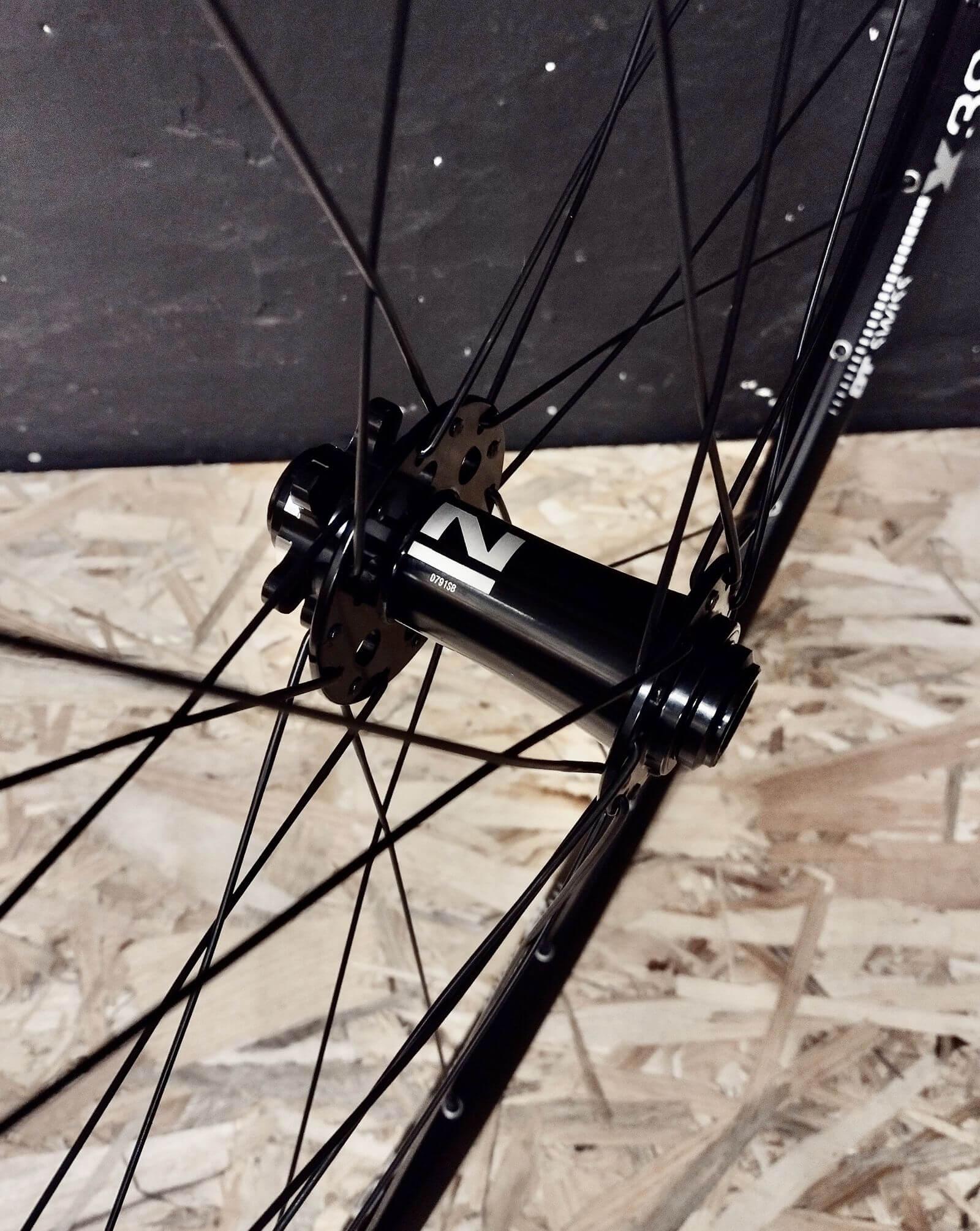 Przednia piasta Novatec D791SB ze szprychami Pillar na tarczę 6 śrub w wytrzymałym kole MTB na obręczy DT Swiss X392