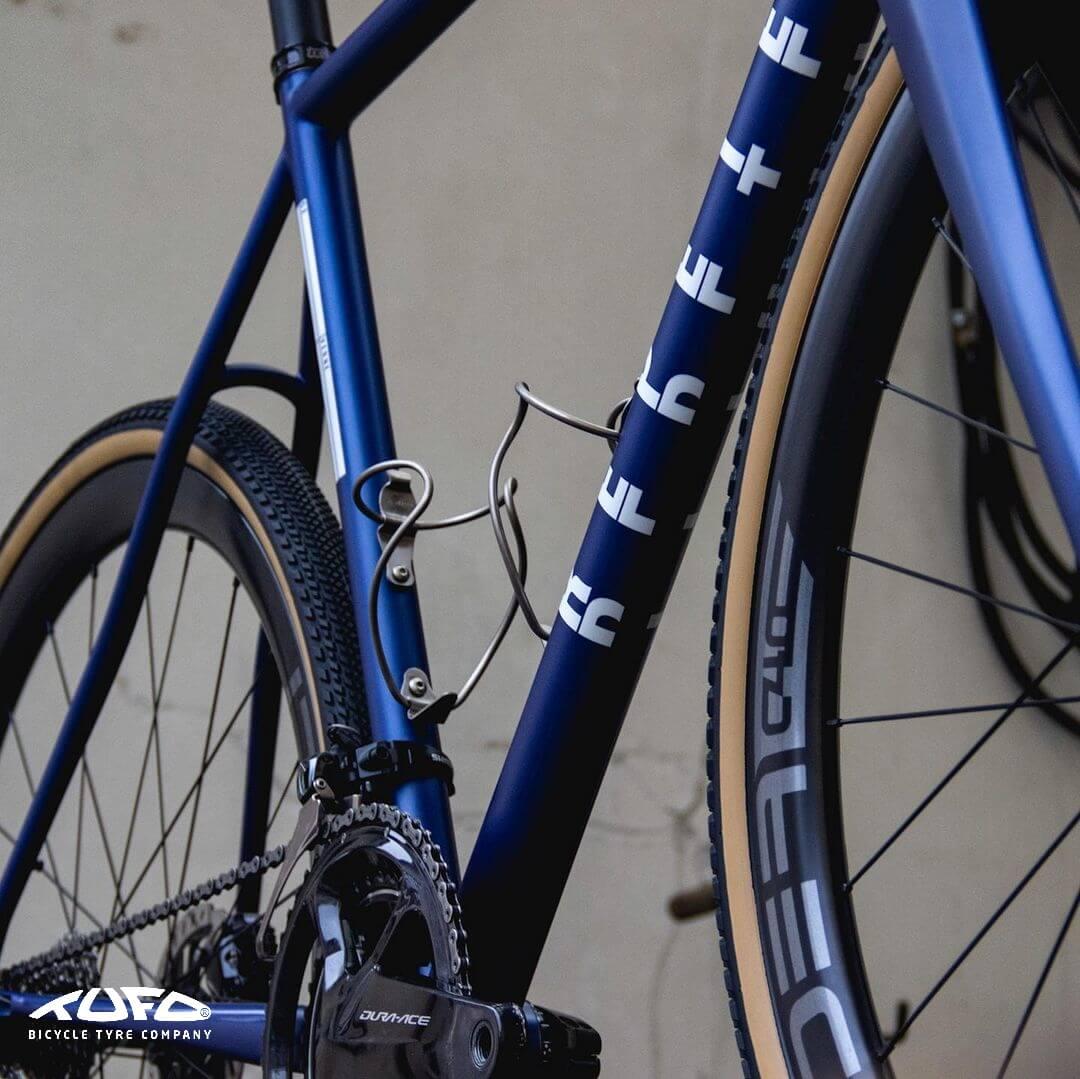 """Opona TUFO Gravel Thundero założona na rower gravel 700x40C 40-622 Opona Gravel 28"""" Bezdętkowa Tubeless Czarny Beżowy"""